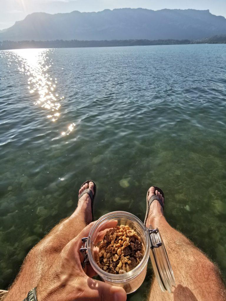 petit dej les pieds dans l'eau